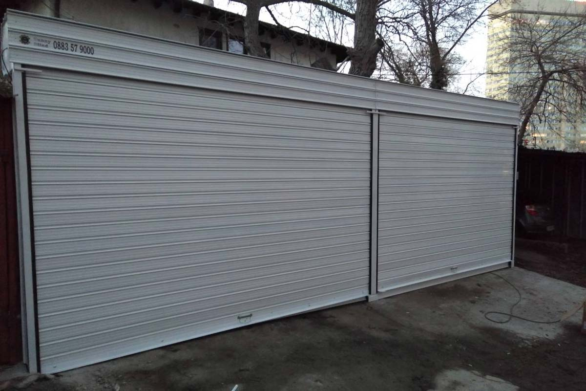 Охранителна ролетна врата
