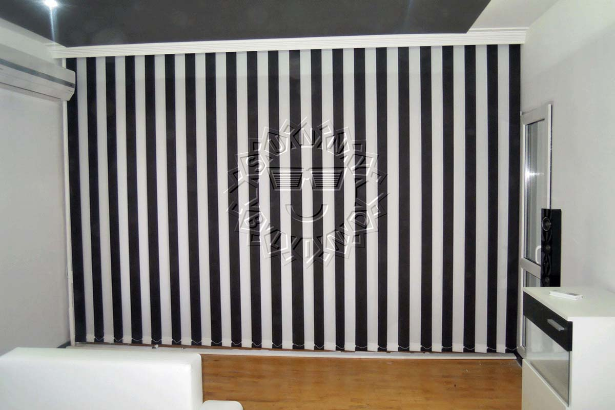 Вертикални щори в черно и бяло